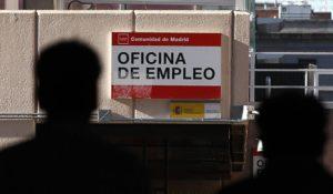Jóvenes trabajadores en el precipicio de la economía española